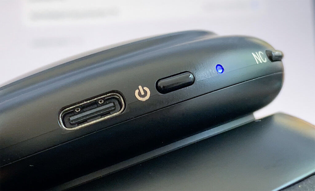 Der Life Q30 wird über einen USB-C-Port geladen. Rechts im Bild ist der Taster für das Umschalten der Geräuschunterdrückung zu sehen.