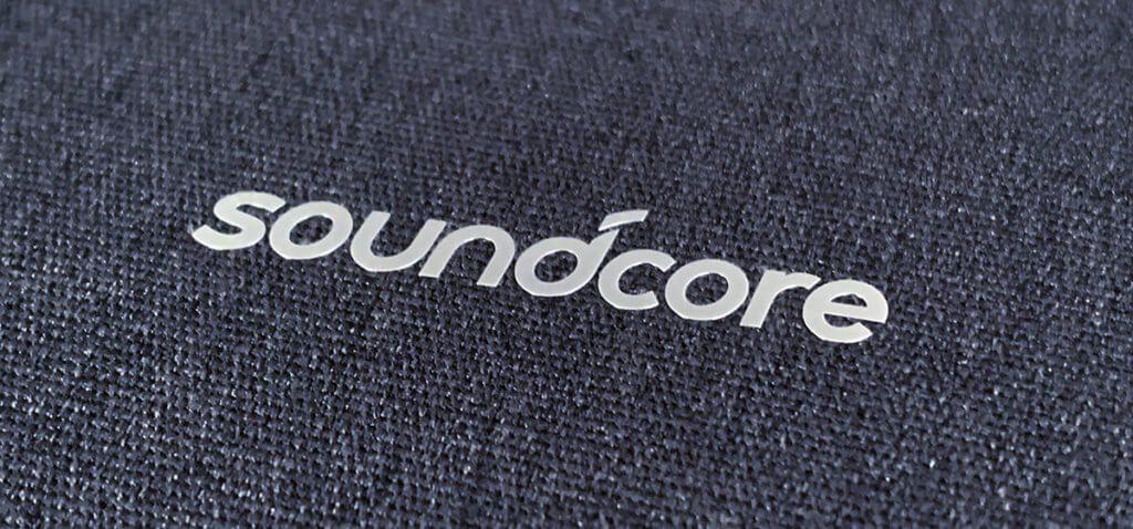 Die Transportbox des SOundcore Life Q30 ist mit Stoff bespannt, sieht recht edel aus und fühlt sich auch gut an.