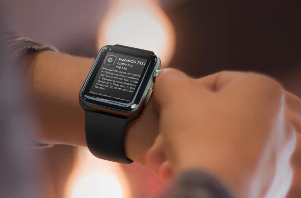 Nein, das watchOS Update wird natürlich nicht direkt auf der Apple Watch angezeigt. Ich brauchte nur ein schickes Bild für den Beitrag… also nicht veräppeln lassen.