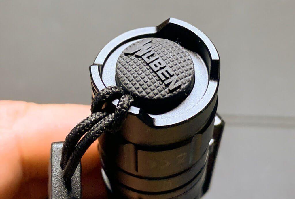 Der Taster an der Rückseite der Taschenlampe reagiert auf leichten und festen Druck unterschiedlich.