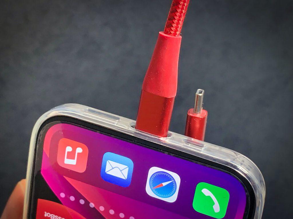 Das Schnellladen per Kabel toppt die angeblichen 18 Watt von MagSafe ohne Probleme.