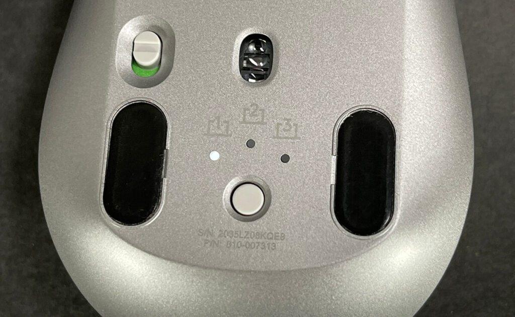 Durch die Möglichkeit, die Logitech Maus mit mehreren Geräten zu verbinden, kann man Ordnung am Schreibtisch schaffen. Die Craft Tastatur von Logitech bietet übrigens ebenfalls die Verbindung zu drei Geräten… so gesehen sind die beiden Produkte ein gutes Gespann.