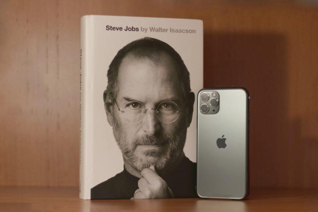 Steve Jobs: Die autorisierte Biografie des Apple-Gründers von Walter Isaacson gibt es in verschiedenen Versionen. Hier erfahrt ihr mehr zum Buch über den Apple-Gründer.