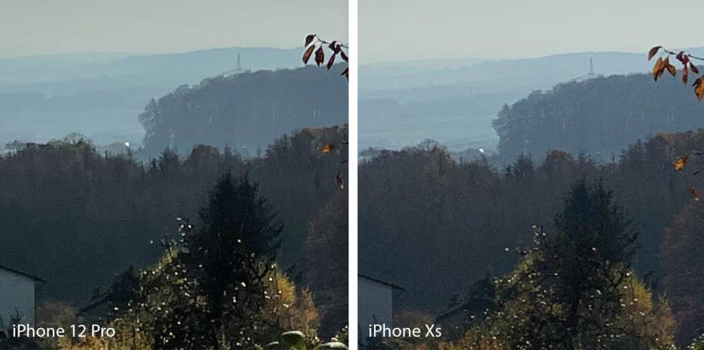 In diesem Ausschnitt sieht man deutlich, dass das iPhone Xs mehr Strukturen im Wald darstellt. Gleichzeitig weist die Hauswand unten links allerdings auch mehr Bildrauschen auf. Ich nehme an, das iPhone 12 Pro arbeitet mit der Bildbearbeitung gegen das Bildrauschen und macht dadurch dunkle Bereiche leicht schwammig.