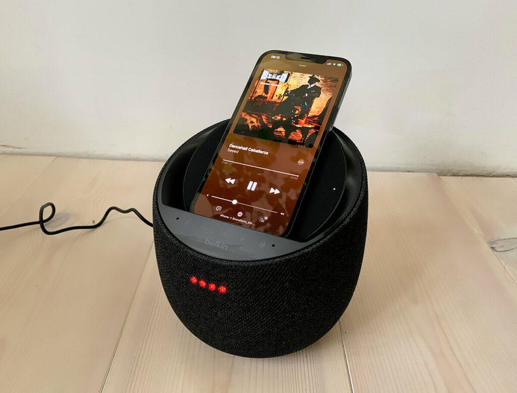 Das iPhone 12 Pro Max im Qi-Charging-Dock des Belkin Soundform Elite – kabelloses Laden und Musikhören klappen prima zusammen (Fotos: Sir Apfelot).