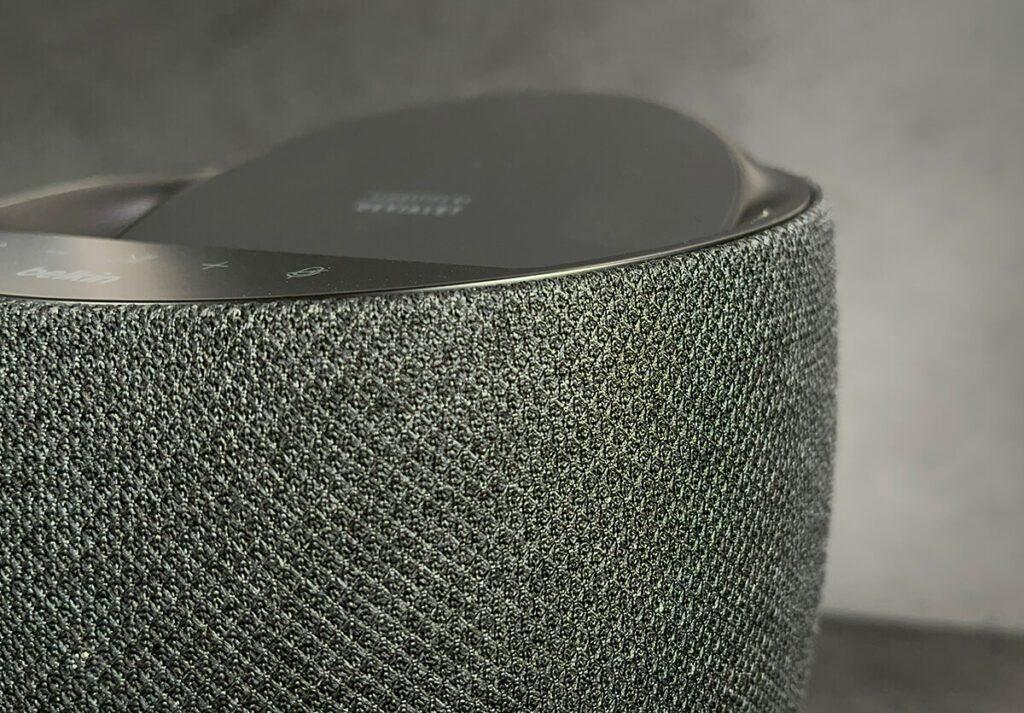 Die Stoffbespannung macht den Belkin Soundform Elite absolut wohnzimmertauglich und ich mag das Muster sogar mehr, als das reine Schwarz, wie man es beim HomePod findet.