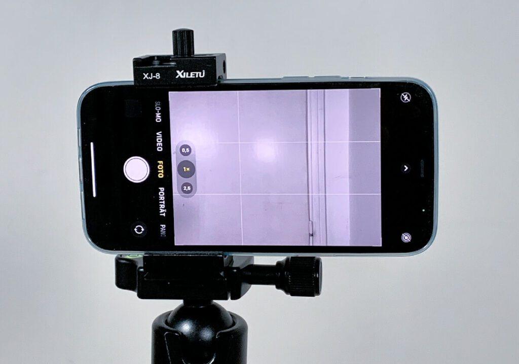 Auch das iPhone 12 Pro Max passt wunderbar in die Stativklemme und kann dann mit einer Schraubendrehung fixiert werden (Fotos: Sir Apfelot).