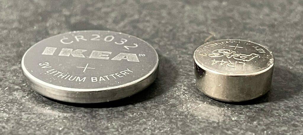 Hier sieht man eine CR2032 Batterie (links) im Vergleich zu einer LR44 Batterie (rechts).