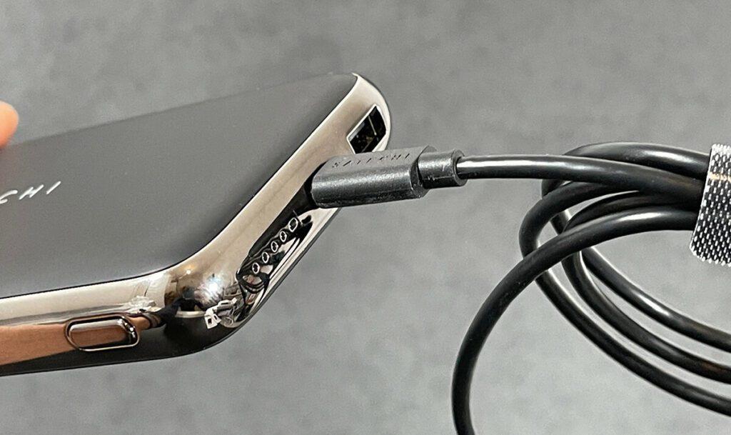 Geladen wird die Satechi Powerbank mit dem mitgelieferten USB-Typ-C-Kabel. Das funktioniert durch USB Power Delivery auch relativ flott.