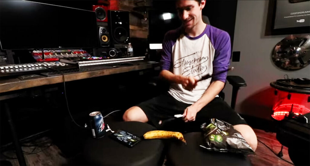 Schlagzeugspielen auf Banane, Getränkedose und Chipstüte –der Youtuber COOP3RDRUMM3R macht es vor.