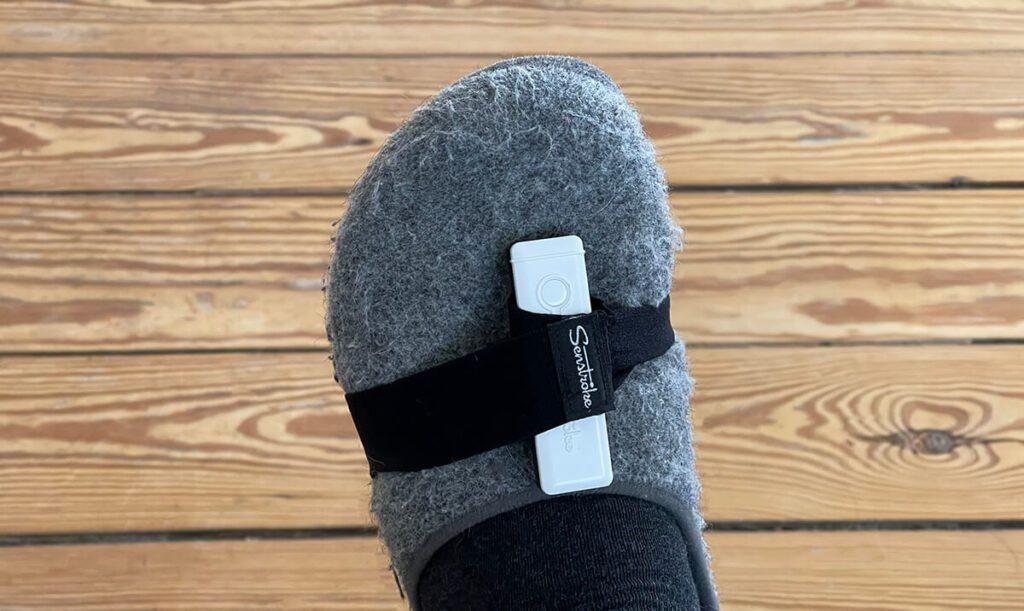 Im Home-Office schnallt man sich die Sensoren an die Hausschuhe und kann damit die Bassdrum oder ein beliebiges anderes Teil des Schlagzeugsets auslösen – man hat ja schließlich zwei Sensoren für die Füße und zwei für die Sticks.