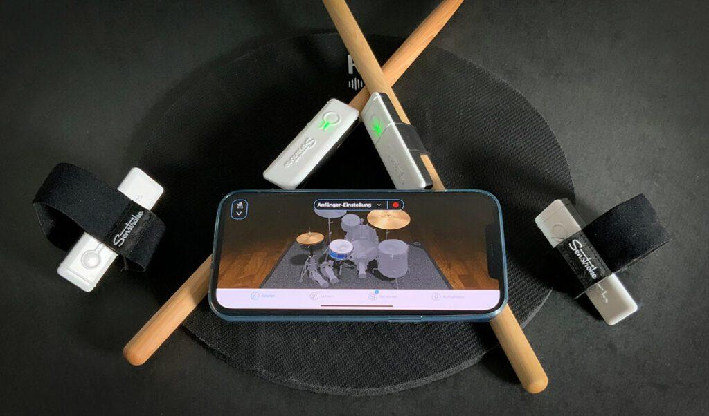 Alles was man zum Schlagzeugspielen benötigt, ist sein iPhone, das Senstroke Set und Dinge, auf die man schlagen kann.