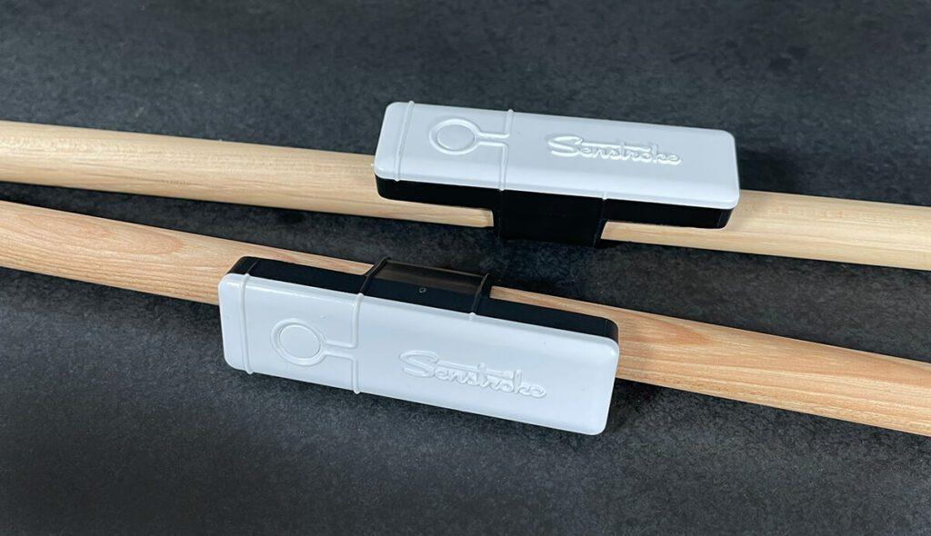 Die Senstroke Sensoren sind nicht fest an den Drumsticks montiert, sondern können auch auf andere Sticks gesteckt werden.