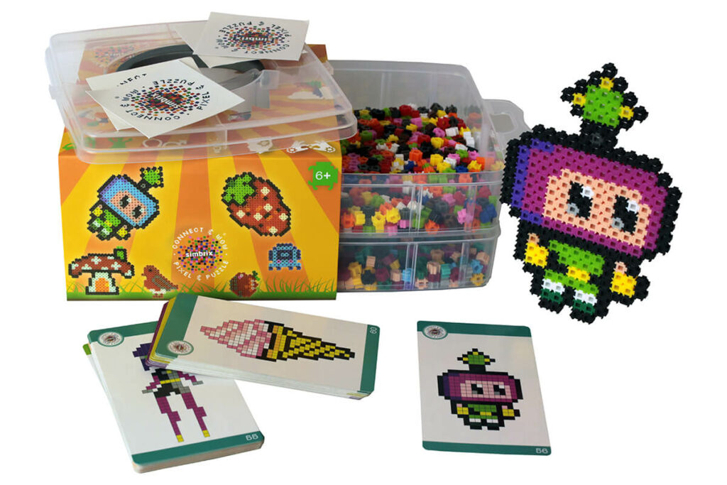 Here you can see everything that is included in the Geek Kit: 2000 stones, a practical storage box and cards with templates.