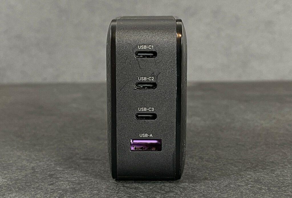 Mit drei USB-C Ausgängen und einem USB-A-Ausgang lassen sich schon etliche Geräte laden. Dazu unterstützt der Ugreen Netzteil auch zahlreiche Schnellladestandards wie zum Beispiel USB Power Delivery, welches von Apple genutzt wird.