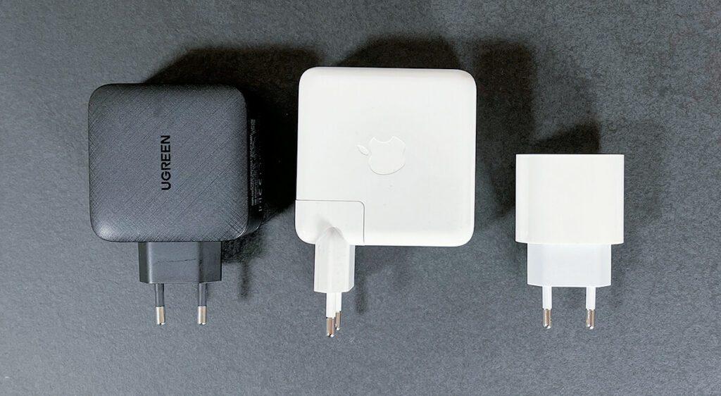 Link das Ugreen-Netzteil, mittig das Apple MacBook Pro Netzteil und rechts das USB-C-Netzteil für das iPad Pro (Foto: Sir Apfelot).