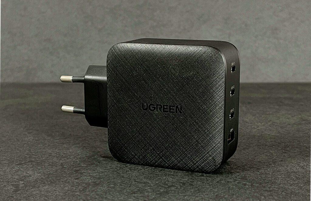 """Das Ugreen Netzteil bietet viele Anschlüsse, um seine USB-C-Geräte mit Strom zu versorgen. Für mich ein """"Must-Have"""" am Schreibtisch, wo ich MacBook Pro, iPad und iPhone in Verwendung habe (Foto: Sir Apfelot)."""