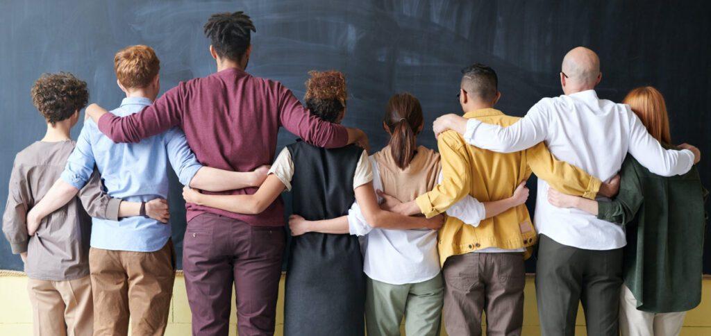 Verschiedene Arten von Gruppenarbeit in Schule, Uni, Ausbildung, Unternehmen und mehr: Hier findest du Betrachtungshilfen zu Aufgaben, Zielen, Arten von Gruppenmitgliedern und weiteren Faktoren.