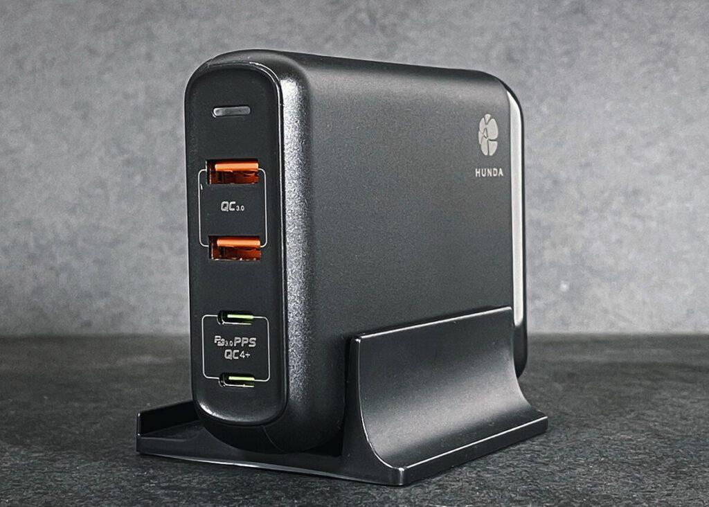Das Hunda A1903 USB PD Netzteil kann sowohl stehend als auch liegend verwendet werden. Der Ständer, der hier im Bild zu sehen ist, kann einfach abgezogen werden (Fotos: Sir Apfelot).