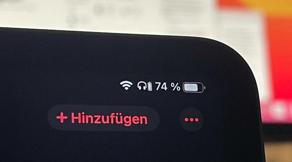 Ein nettes Feature: in der Anzeige des iPhone wird angezeigt, wieviel Akku die Kopfhörer noch haben.