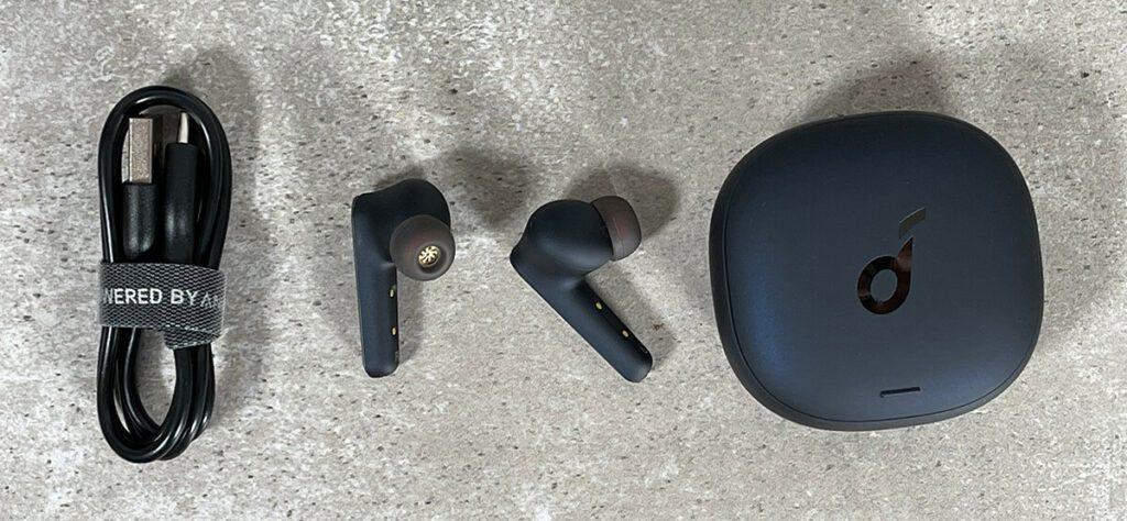Im Lieferumfang findet man neben den Ohrhörern und dem Ladecase noch ein USB-C-Ladekabel und zahlreiche Silikon-Ohrstöpsel (Fotos: Sir Apfelot).