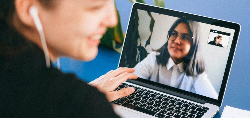 Helfen Psychotherapie-Angebote übers Internet dabei, Probleme zu bewältigen und mit Erkrankungen klar zu kommen? Studien sagen, dass die Online-Therapie ihre Berechtigung hat.