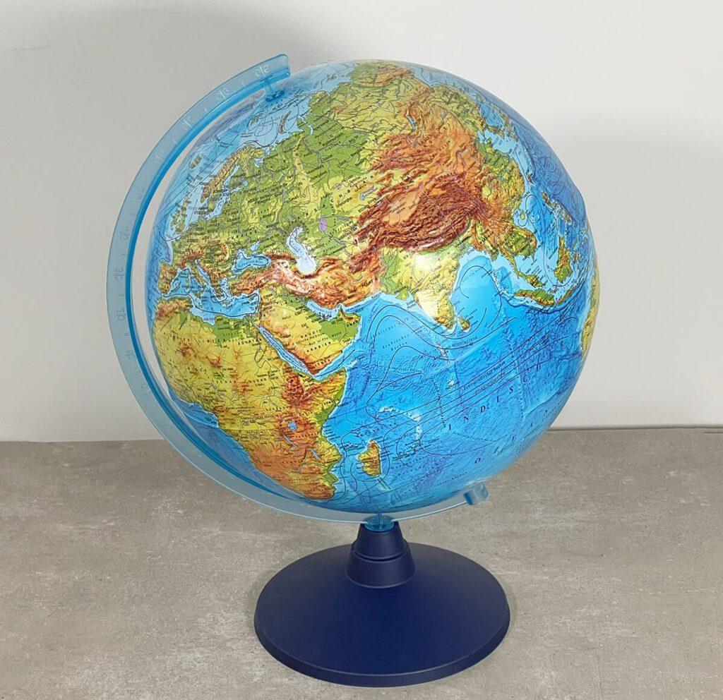 Der Lexi von alldoro ist ein hübscher Globus – alleine der ein Millimeter dicke Rand am Äquator, an denen die Halbkugeln verschweißt sind, wirkt etwas unpassend.