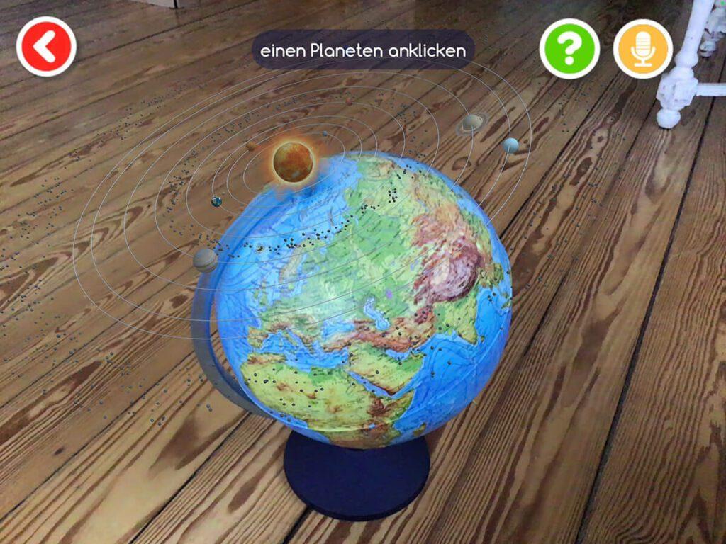 Wählt man zum Beispiel das Themengebiet Sonnensystem, wird oberhalb des Globus das Sonnensystem mit den Planeten, Monden und der Sonne dargestellt. Sogar ein Asteroidengürtel ist mit kleinen Brocken zu sehen, wenn man mit dem iPad nahe ran geht.