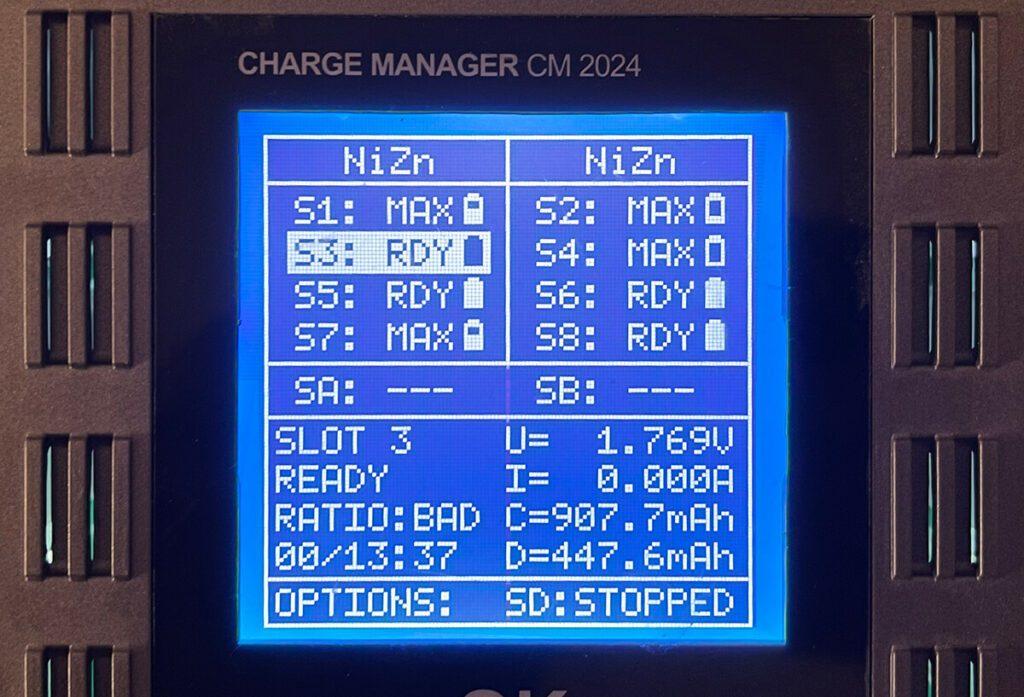 Im Standardbildschirm sieht man alle Slots in der Übersicht und kann unten Daten von einem ausgewählten Slot anzeigen.
