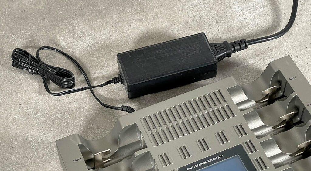 Das Netzteil des CM2024 ist extern angesteckt. Dies ermöglicht zum einen den Betrieb an einer Buchse für Zigarettenanzünder mit 12 Volt (passendes Kabel liegt nicht bei) und es sorgt dafür, dass es im Gerät nicht zu warm wird, sodass es ohne einen Lüfter auskommt.