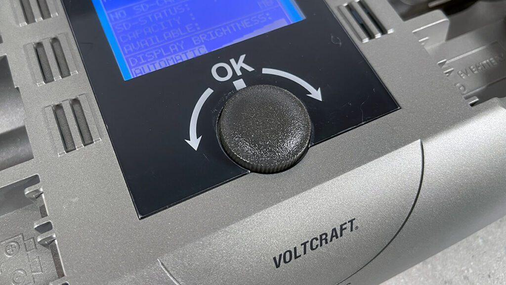 Die komplette Bedienung erfolgt über den Dreh-Knopf, der direkt unter dem Display angebracht ist. Er reagiert mit einer Rasterung sehr präzise und erlaubt eine schnelle Einstellung des Akku-Ladeprogramms oder den Abruf der Akku-Daten.