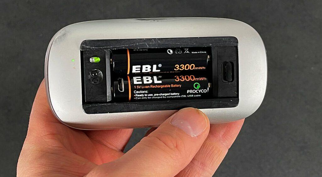 Mit den EBL Lithium-Akkus produziert meine Magic Maus 1 keine Verbindungsabbrüche mehr, vermutlich, weil sie mehr Spannung liefern als die NiMH-Akkus (Fotos: Sir Apfelot).