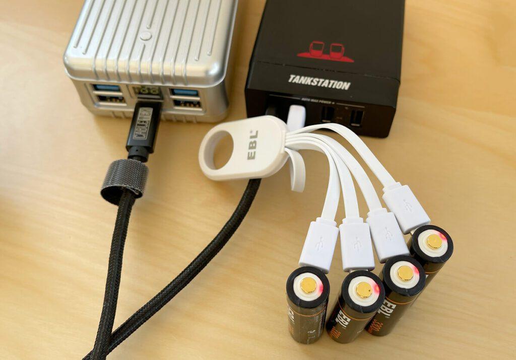 Sehr praktisch ist, dass man die EBL Akkus einfach mit jedem beliebigen Micro-USB-Kabel an einem üblichen USB-Netzteil laden kann. Ein Akkuladegerät ist damit nicht mehr nötig. Hier lade ich die Akkus an einer tizi Tankstation, an welcher auch meine Zendure A8 geladen wird.