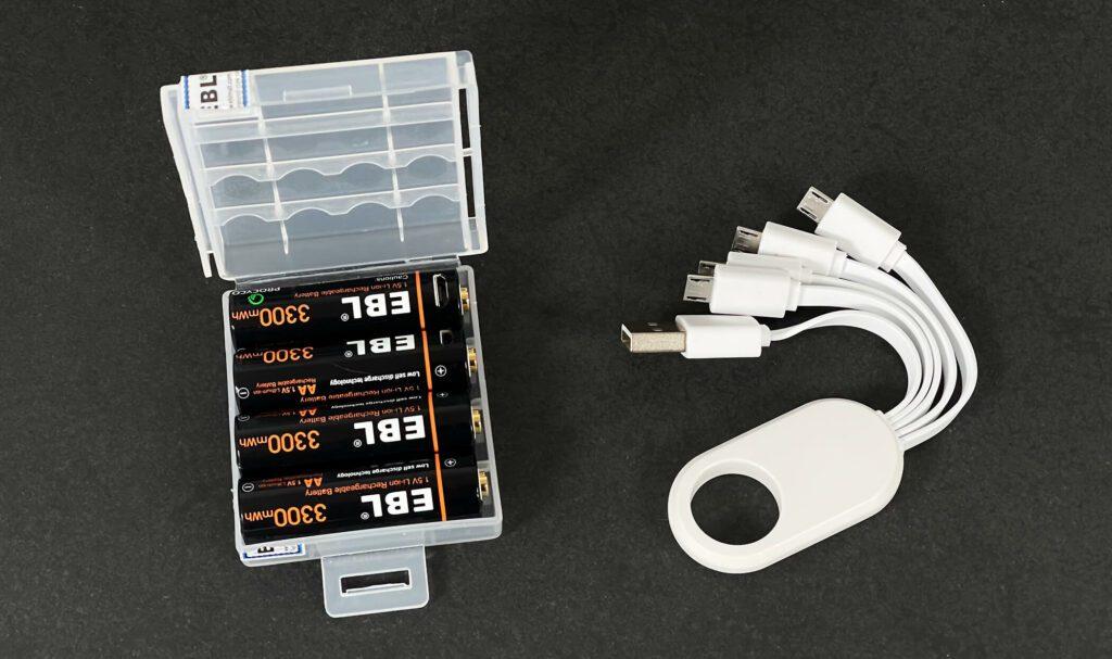 Im Lieferumfang des Akku-Sets ist neben den vier Akkus auch noch das Verteilerkabel mit den vier Micro-USB-Steckern und eine Aufbewahrungsbox..