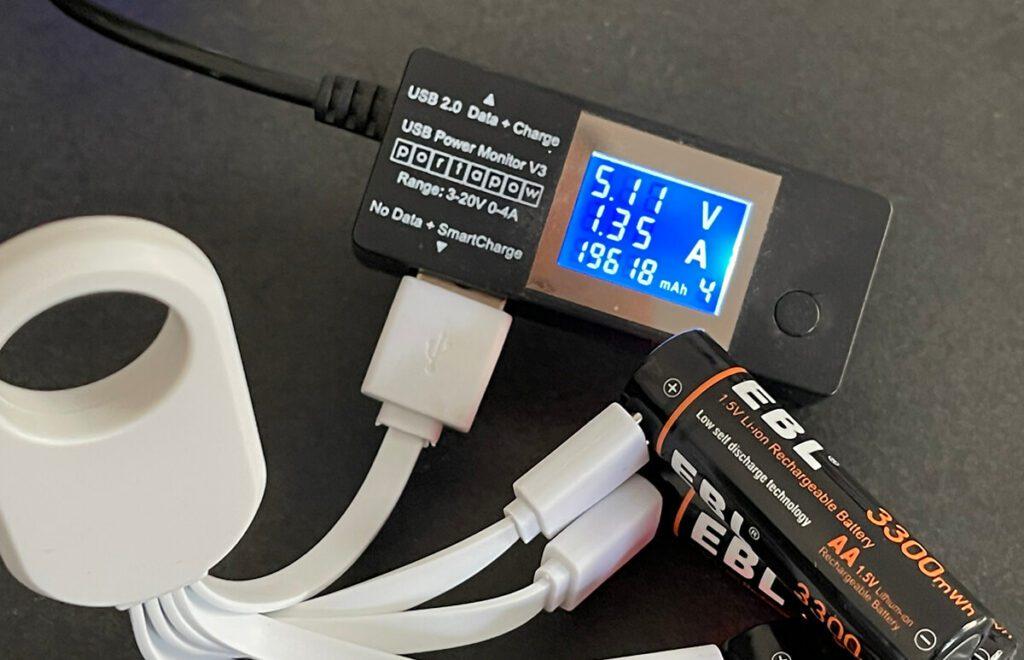 Sind alle vier Akkus angeschlossen, benötigt man ca. 1,35 Ampere beim Laden. Die meisten USB-Netzteile bieten heutzutage jedoch deutlich mehr Leistung und schaffen es leicht, die Akkus zu laden.