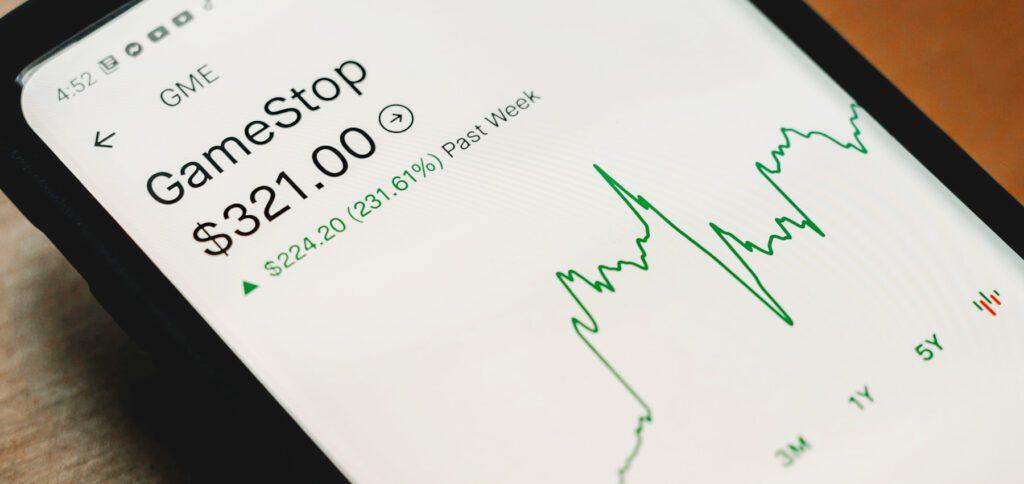 GameStop und der Flashmob-Aktienhandel: Was sind Leerverkäufe und wie verdienen Hedgefonds daran? Wie hat sich Reddit eingemischt? Hier versuche ich mich an einer Erklärung zur Causa GameStop-Aktie.