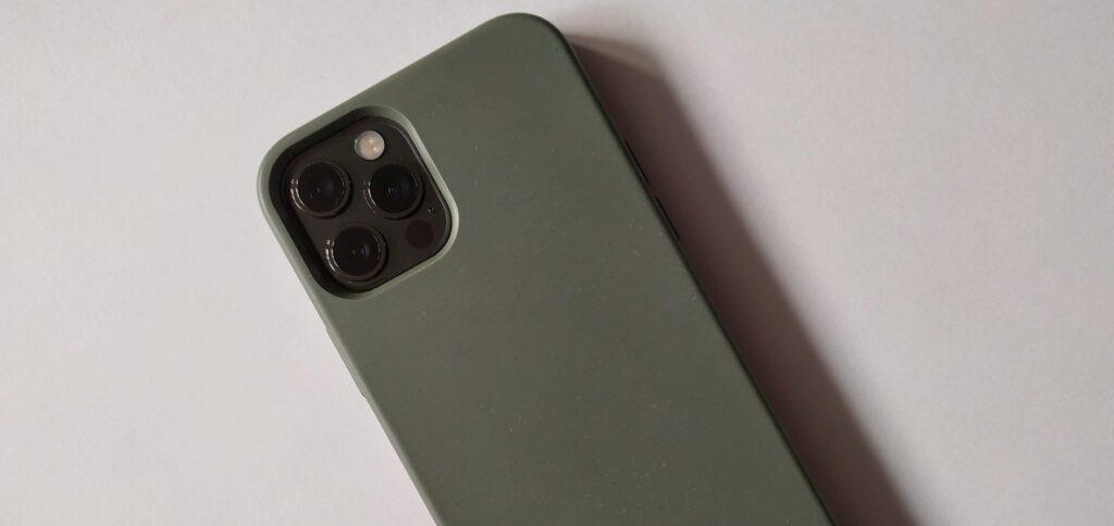 Liegt das Smartphone auf der Vorderseite, so schützen die überstehenden Ränder das Display. Ich finde, das ist ein Vorteil.