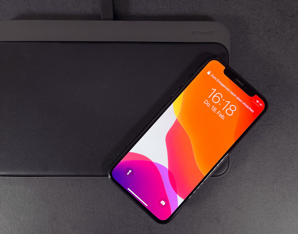 The iPhone can easily protrude over the edges. As long as the center with the charging technology is still on the Nomad charging mat, the iPhone will be charged (Photos: Sir Apfelot).