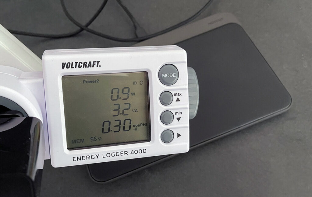 I measured the standby power consumption with a Voltcraft energy meter, but this has a threshold of 1,5 watts, above which it only works reliably. The consumption also fluctuated continuously between 0,9 and 1,3 watts, so I would take 1,1 watts as an average.