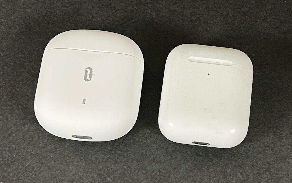 Links das Ladecase der TaoTronics SoundLiberty 80 und rechts – mein mittlerweile etwas mitgenommenes – Ladecase der AirPods (2. Generation).