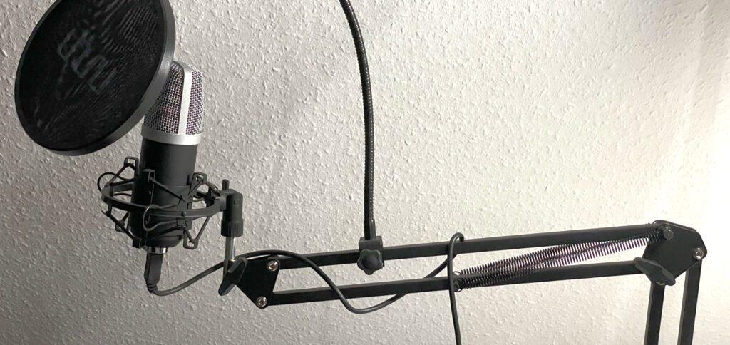 Der Mikrofonarm wird an die Tischplatte geklemmt. Dann kann das uhuru-Mikrofon geschwenkt, in der Höhe angepasst, herangezogen oder weggeschoben werden – so wie man es gerade benötigt.