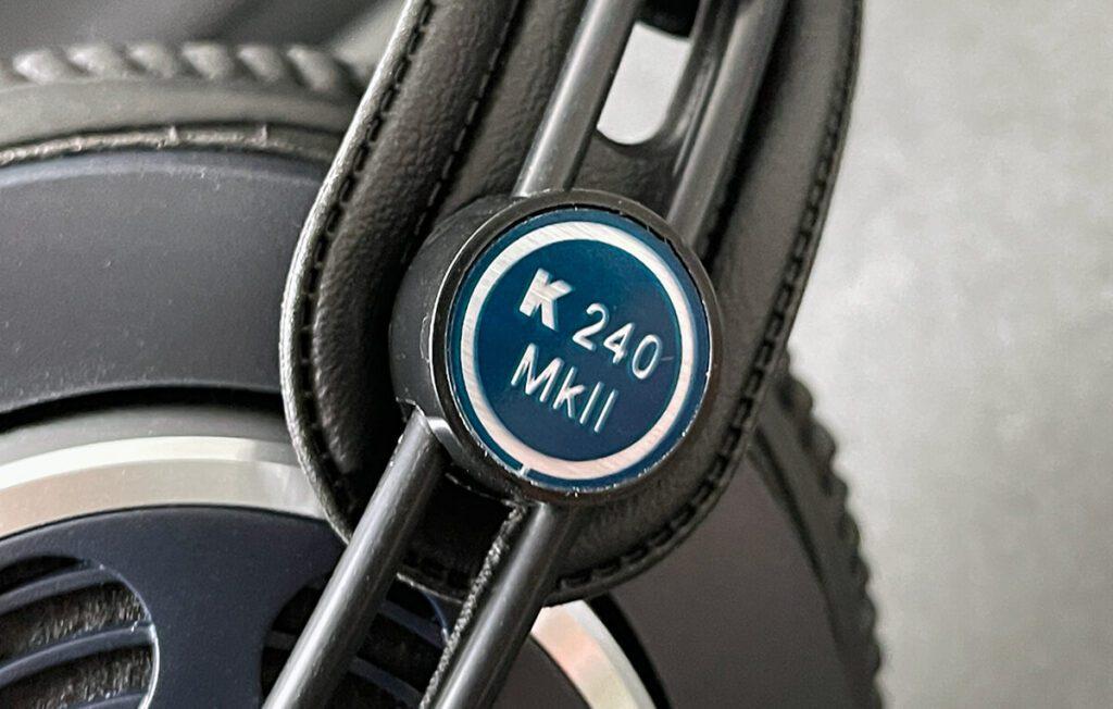 Die Ohrhörer lassen sich auf zwei Stangen von der Höhe her an die Kopfform anpassen.