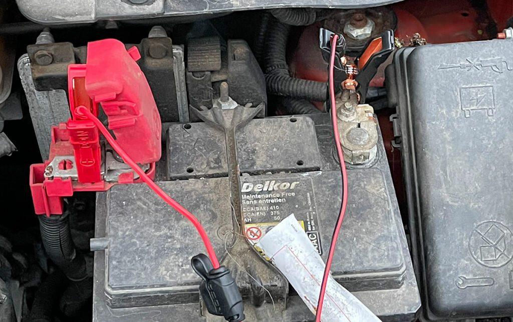 Beim Anschließen des Ladegerätes an die Autobatterie sollte man immer mit dem Pluspol starten – nicht, weil die Batterie sonst Schaden nimmt, sondern weil die Karosserie mit dem Minuspol der Autobatterie verbunden ist und man das Risiko einer versehentlichen Berührung minimieren möchte.