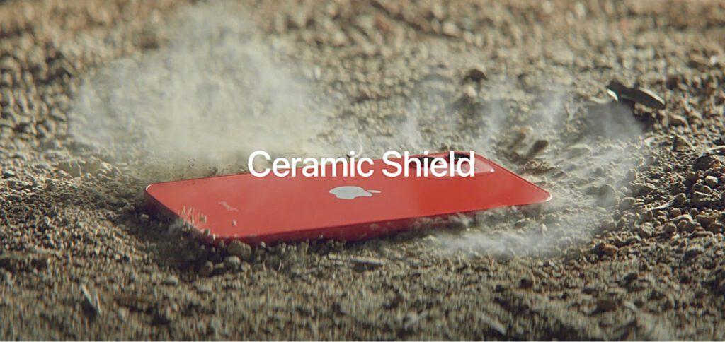 Im neuen Apple-Werbespot mit dem Titel Fumble geht es um das Ceramic Shield in den Versionen des iPhone 12 von 2020. Ein Detail fällt dabei stark auf…