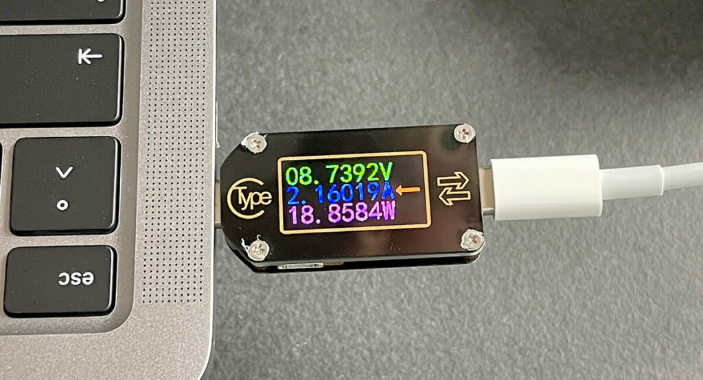 Sobald der USB-A-Port ebenfalls belegt wird, sinkt die Ladespannung am USB-C-Port auf 8,7 Volt und man erreicht nur noch 19 Watt Leistung.