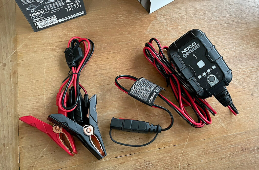 Im Lieferumfang ist neben dem Batterie-Ladegerät selbst auch noch eine Klemme mit passendem Verbindungsstecker.