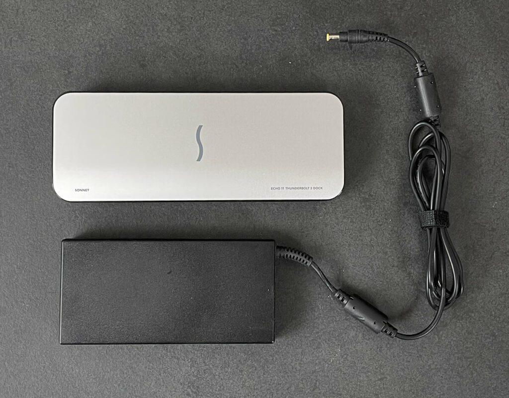 Das Netzteil mit ca. 100 Watt Leistung ist nicht das kleinste und nimmt etwa so viel Platz weg, wie das Dock selbst. Dafür bietet es aber auch genug Leistung für das Aufladen von den größten MacBook Pro Modellen.