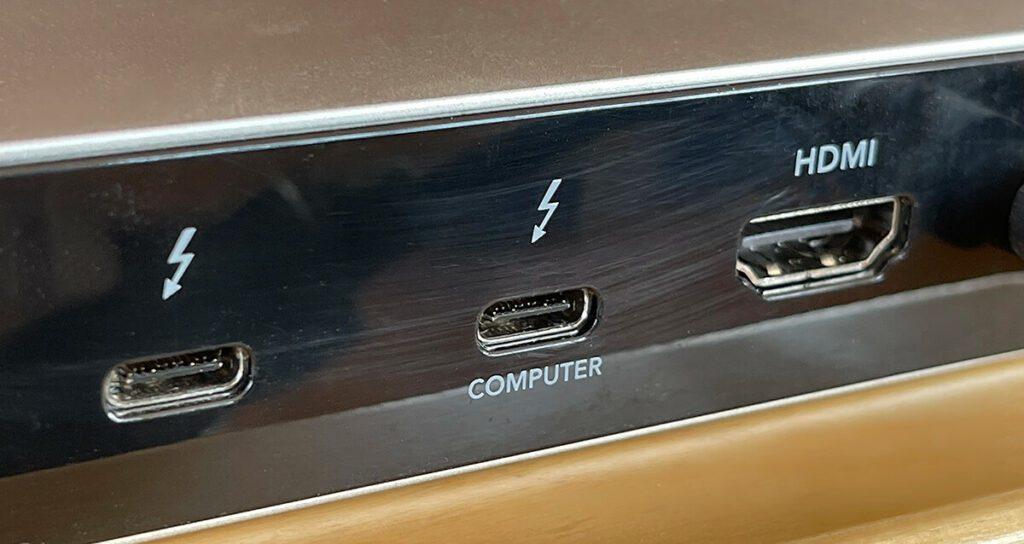 """Über den Thunderbolt 3 Port mit der Beschriftung """"Computer"""" wird das MacBook Pro verbunden und kann damit sowohl alle Daten übertragem als auch Strom zum Laden beziehen (Fotos: Sir Apfelot)."""