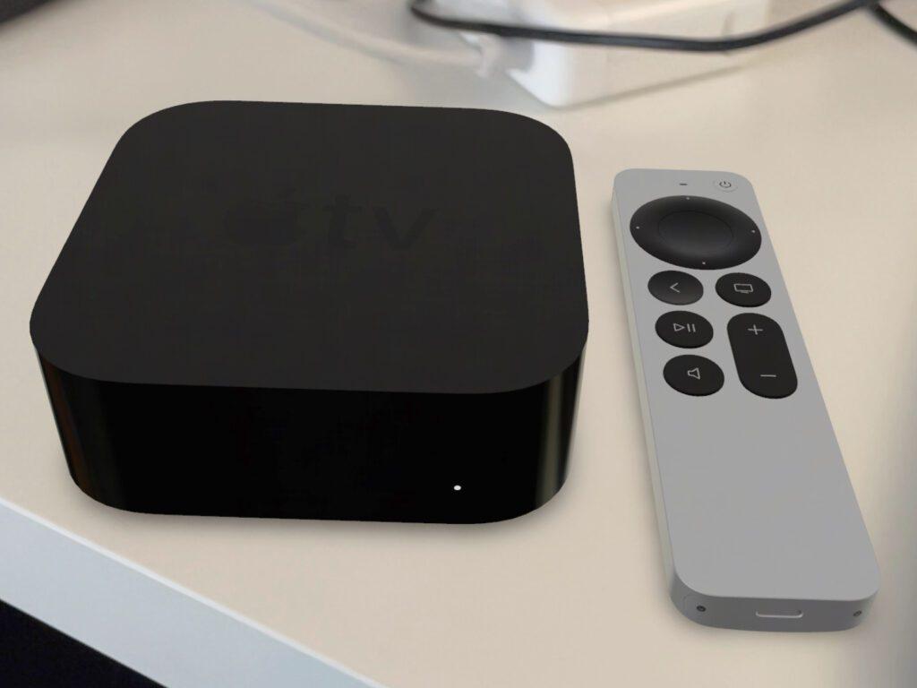 Ruft ihr die Übersichtsseite zum neuen Apple TV 4K (s. Link oben) auf dem iPhone auf, dann könnt ihr die Set-Top-Box und ihre Fernbedienung bei euch zuhause platzieren.