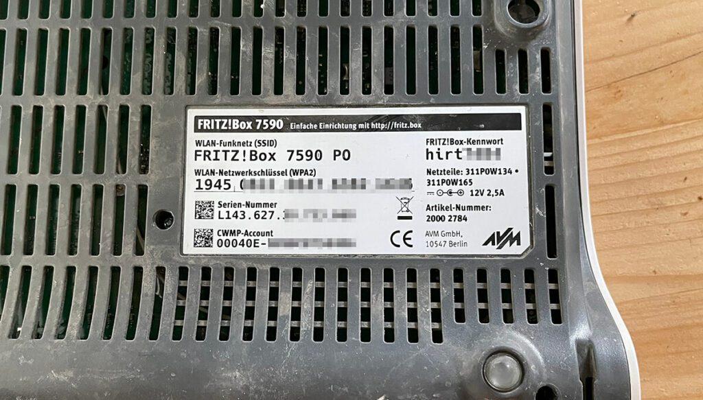 Das WLAN-Passwort und das Kennwort für die FritzBox Benutzeroberfläche findet man in der Regel auf der Unterseite der FritzBox (Foto: Sir Apfelot).